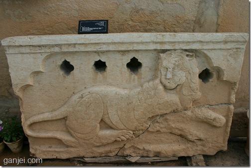 ازاره سنگی به شکل شیر مربوط به خانه زینت الملوک در موزه سنگ شیراز
